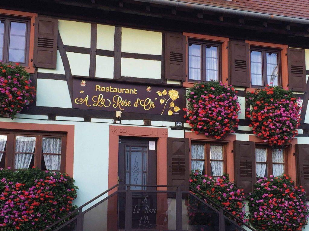 """Nouvelle enseigne et nouveau logo pour le restaurant """"À la Rose d'Or"""" à Durrenbach"""